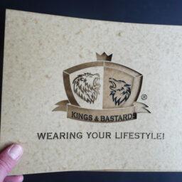 Zweiteilige Logoschablone aus Ölkarton, Kings &  Bastards